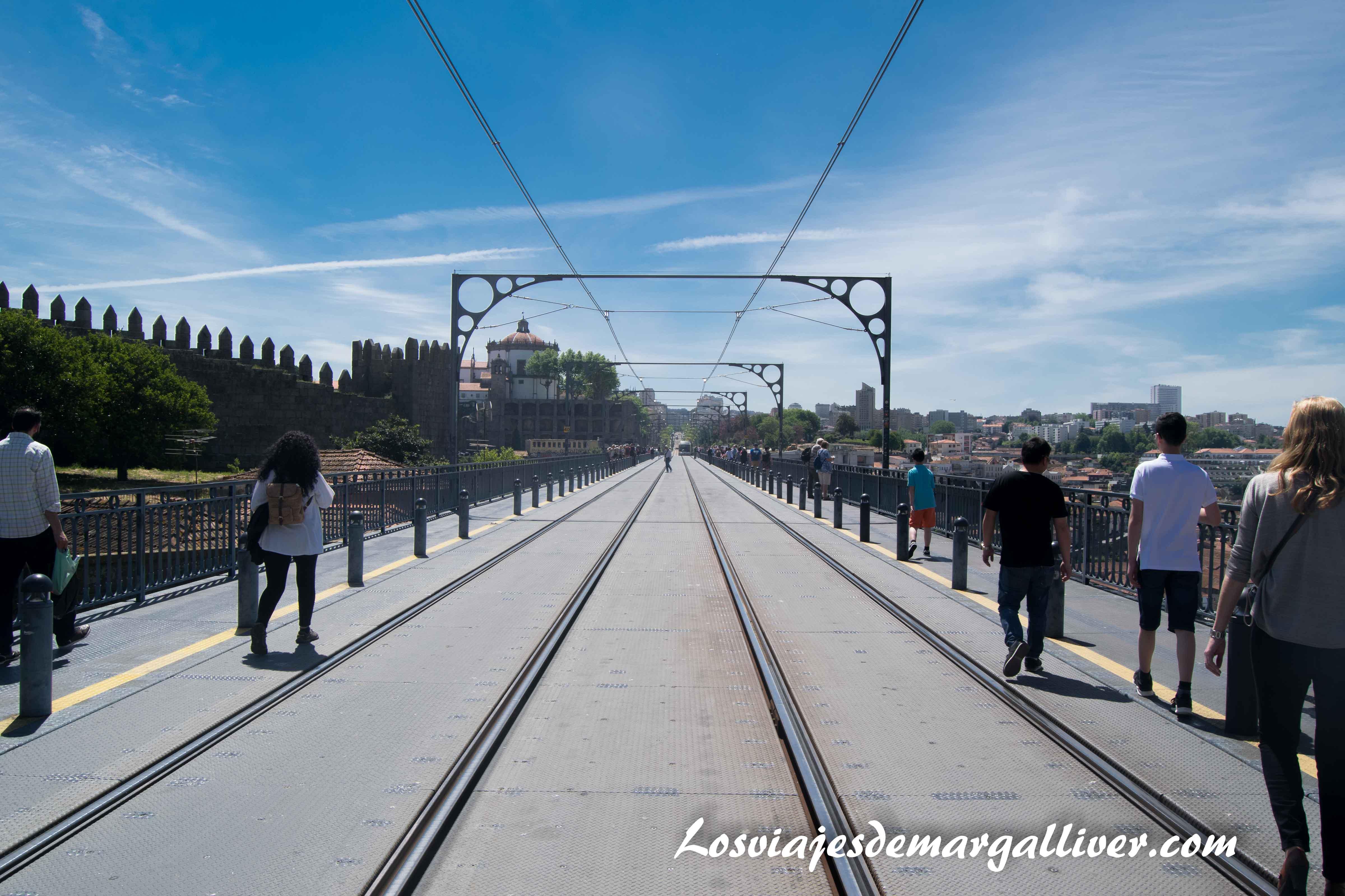 Atravesando el punte Luis I por arriba en Oporto - Los viajes de Margalliver que ver en Oporto